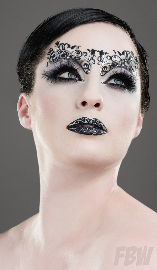 Mua: Sophie Battersby<br />